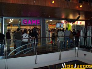 La tienda Game de Principe Pío, en Madrid, abrió sus puertas a las 22:00 de la noche para atender a los primeros compradores de XBox 360