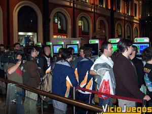 Las más de 100 personas que hacían cola pudieron jugar con la consola para hacer más llevadera la espera