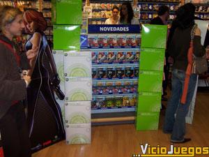 En el interior de la tienda la consola y sus primeros juegos eran las estrellas indiscutibles de las estanterías
