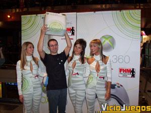 Morán muestra triunfante su Xbox 360 junto a las vecinitas. Este chico se llevó gran parte de la atención de los asistentes