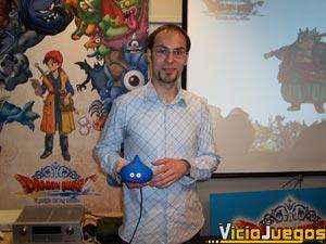 Álvaro Menéndez posa con un simpático mando con forma de Slime