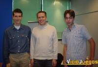 """James Ohlen (Centro de la foto) posa con nuestros enviados especiales, David García Abril, """"Xander"""" (Izquierda) y David García Blanco, """"Dave"""" (derecha)"""
