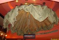 El paracaídas que colgaba del techo