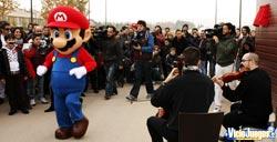 Mario bailando acompañado de un dúo de cuerda