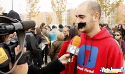 Un falso Mario siendo entrevistado