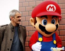 El escultor de la estatua junto con Mario