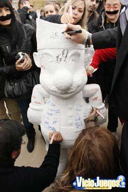 Momento en el que se procedió a firmar la estatua por todos los presentes