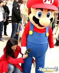 Una reportera palpando a Mario