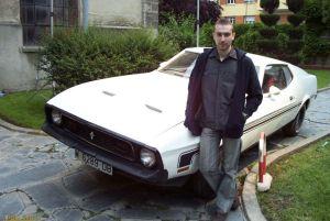 Uno de nuestros enviados posando junto a uno de los coches que podremos conducir en el juego