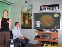 Paul Wright, diseñador del juego, se pone a los mandos de la versión XBOX mientras que Emily Britt, relaciones públicas de SCI, nos explica las características del juego