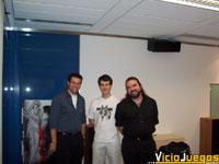 David Lee (izquierda) y J. Vandenberghe (derecha) posan junto a nuestro enviado David García Abril (Xander) para los visitantes de VicioJuegos