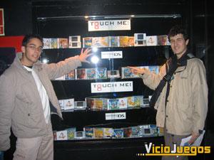 """Nuestros compañeros Xander y DAVE, """"tocando"""" los primeros juegos de Nintendo DS"""