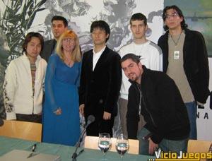 Foto histórica para VicioJuegos. Nuestros enviados Xander y Solid Snake (a la derecha de la foto), junto con tres invitados más, posan junto a Hideo Kojima y Yoji Shinkawa