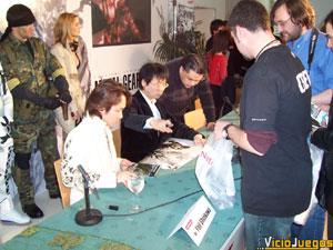 La gran ola del frikismo. Los presentes se abalanzaron sobre la mesa de Kojima para que les firmaran juegos, pósters, libros de ilustraciones, etc...