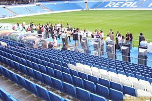 Donde está todo el barullo de gente, es donde pudimos ver los coches y el juego. Es la zona de banquillos del Bernabéu.